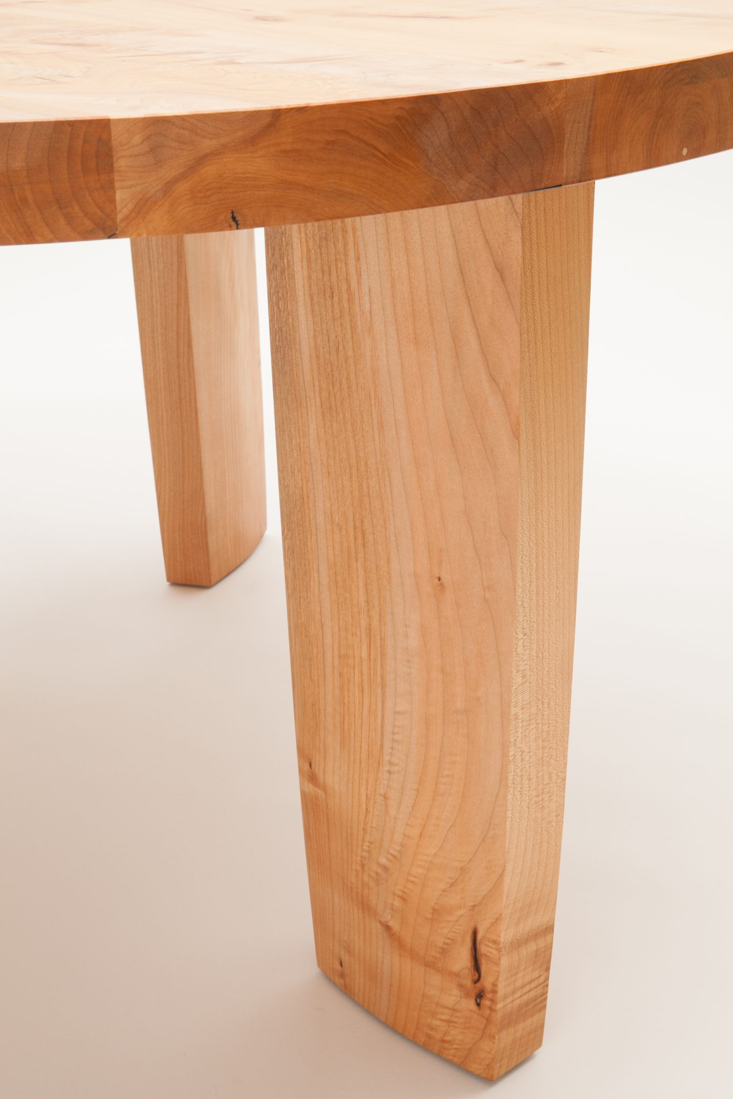 Robusta Round Dining Table Detail
